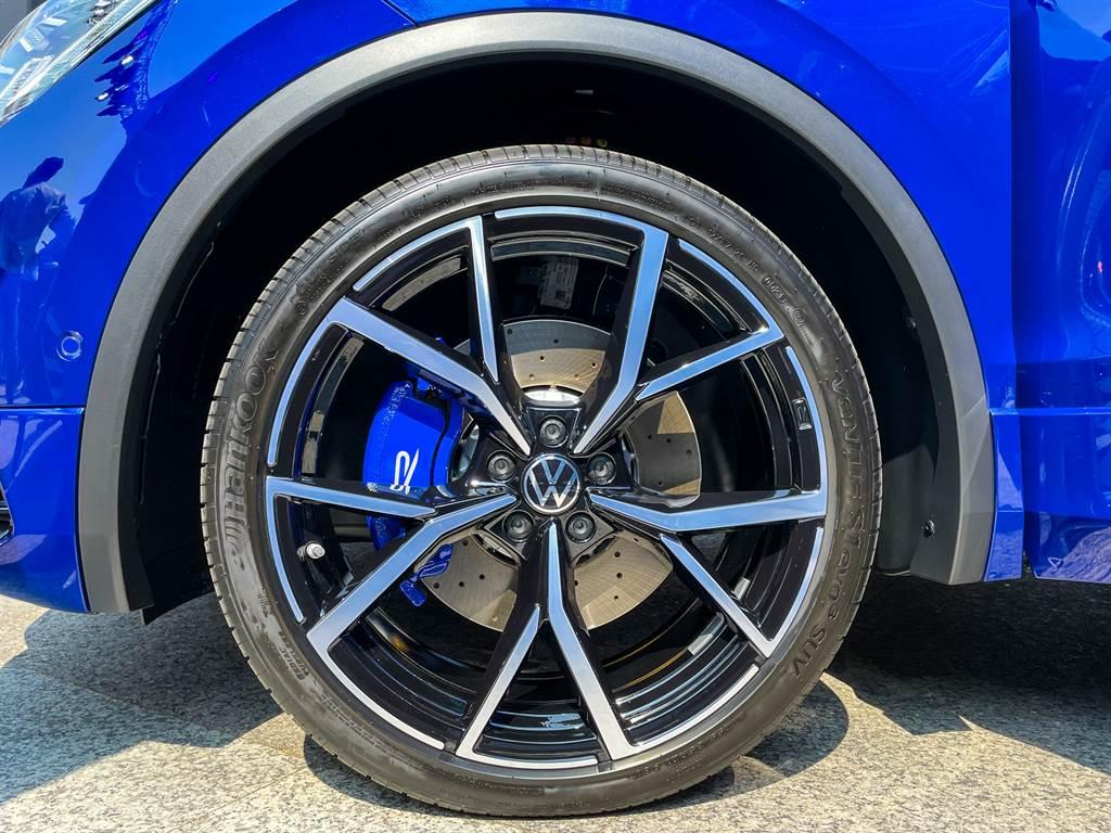 Tiguan R搭載21吋 Estoril鋁圈配上專屬藍色卡鉗與前18吋通風煞車碟。