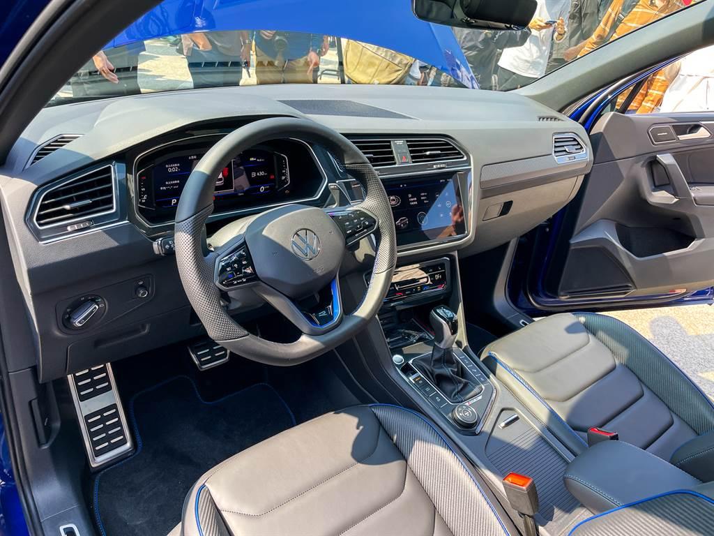 內裝部分採用獨具駕駛者導向的車室格局,搭配俐落流暢的內裝配置。