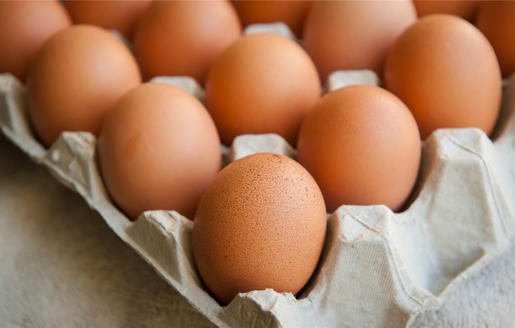不少人買雞蛋回家後,為了方便擺放,會將鈍端往下而尖端朝上,但實際上這種擺法恐會降低雞蛋的新鮮程度。(示意圖/達志影像)