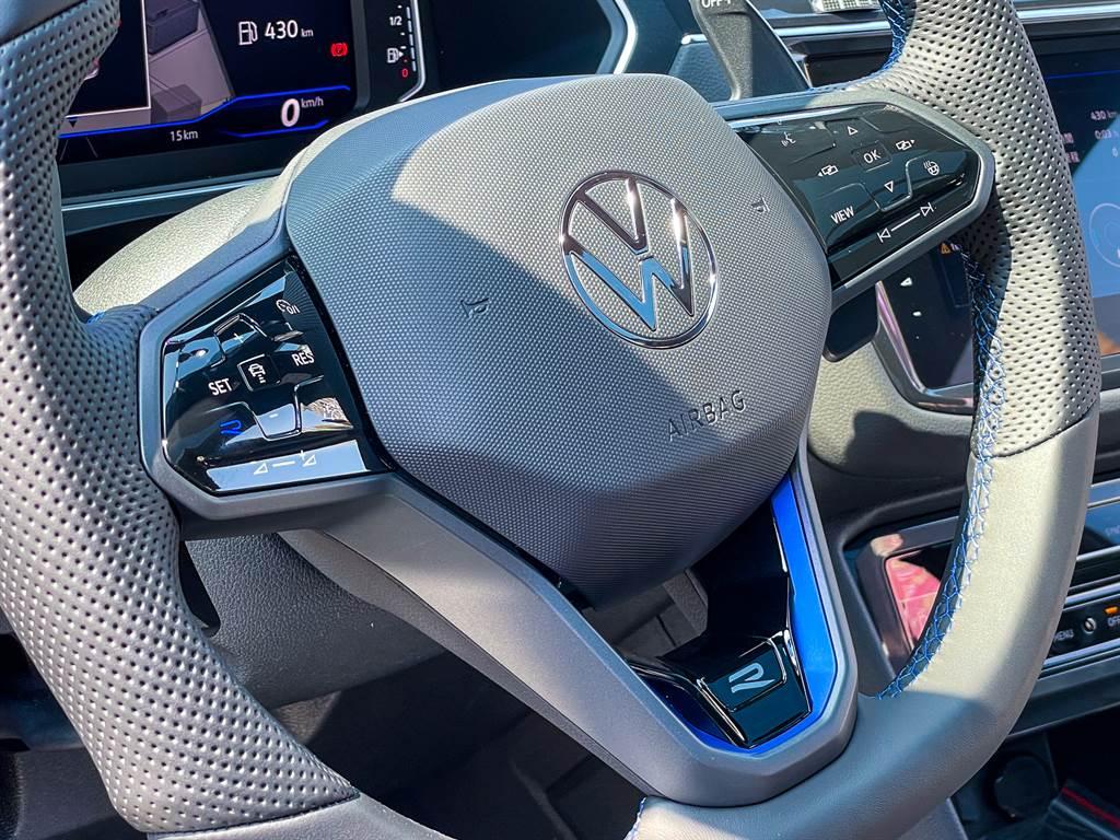 Tiguan R方向盤具有專屬R徽飾,此外,380TSI R-Line Performance與R兩車型皆採用觸控式方向盤快控鍵,與先前試駕的280 TSI採用實體按鍵有所差異。