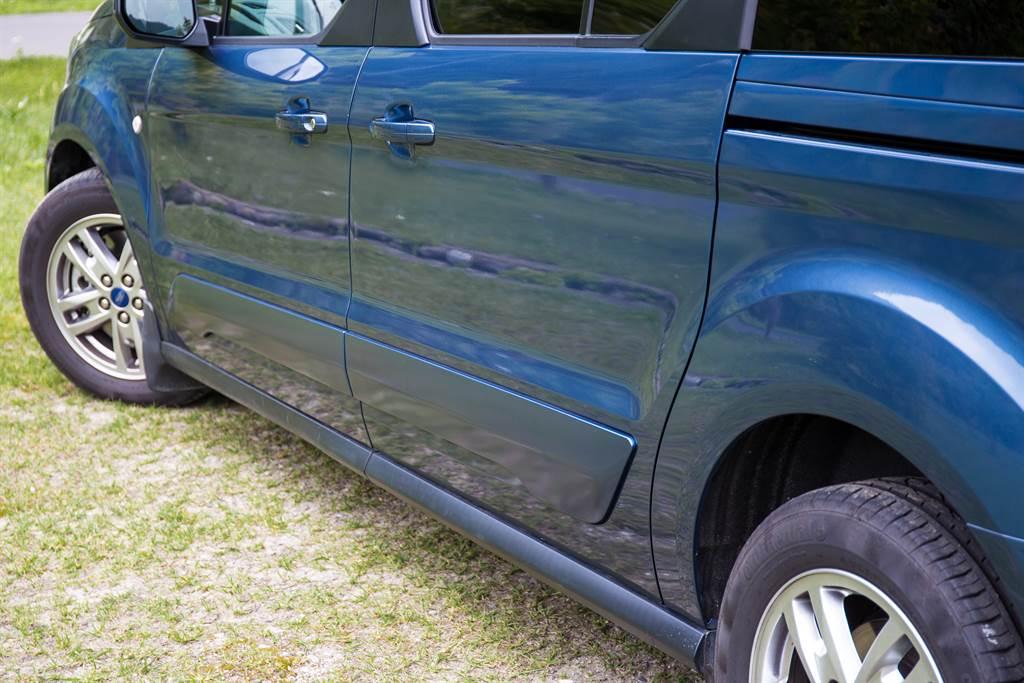 車門上設有防撞護板,顯現其實用的特性。