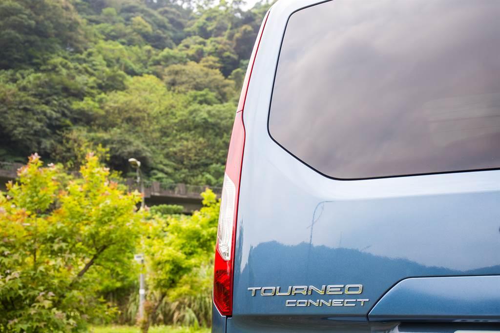 直立式的尾燈在商旅車型上相當常見,但旅玩家與旅行家兩者造型如出一徹。