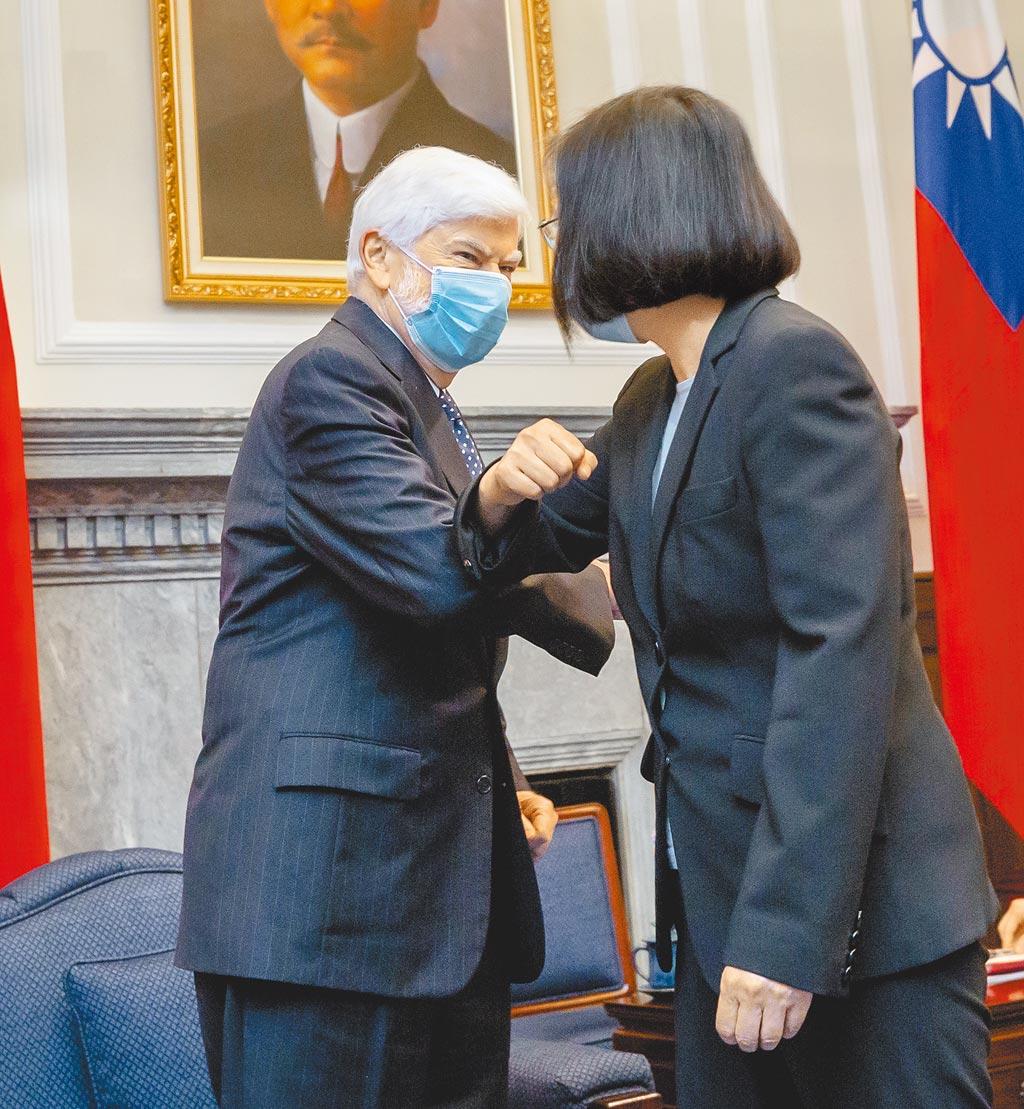 蔡英文總統(右)15日接見「美國總統拜登派遣資深訪團」,與前美國參議員陶德(Chris Dodd)(左)擊肘致意。(總統府提供)
