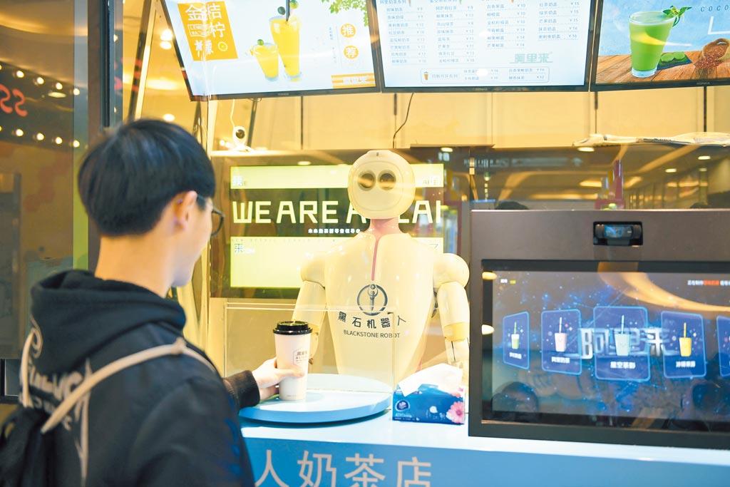 大陸各種怪職業層出不窮,還有代客喝奶茶。圖為浙江杭州的機器人奶茶店。(中新社)