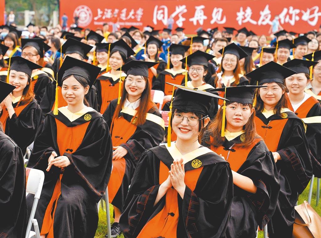 受到新冠疫情影響,及大學畢業生創新高,今年大陸大學生就業恐比以往更困難。圖為上海交通大學2020年畢業典禮。(新華社)