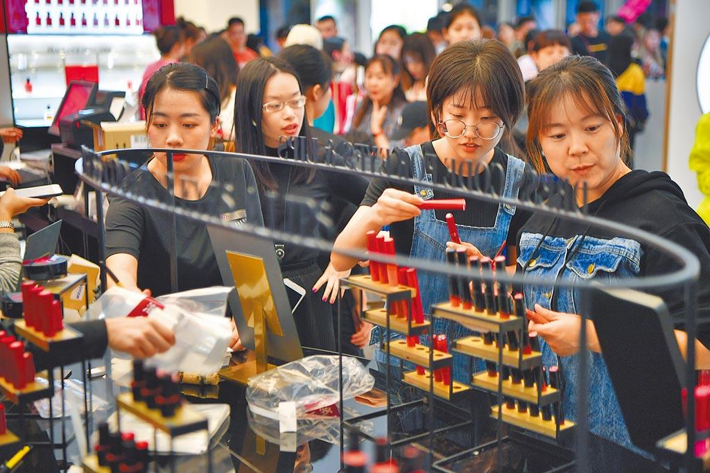 大陸第1季進出口數據顯示,對美國進出口總值猛增7成以上,增速大幅領先其他貿易夥伴。(新華社)