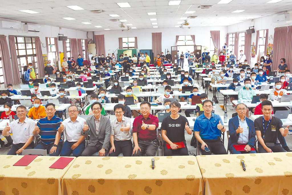 南投縣程式競速解題競賽,百人同場競技。(廖志晃攝)