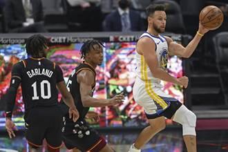 NBA》柯瑞連9場轟破30分 勇士宰騎士不留情
