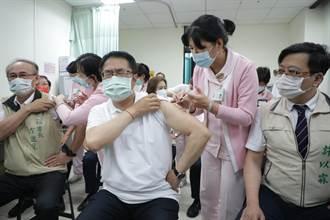 黃偉哲率市府團隊打AZ疫苗「當世界解封 不打恐失競爭力」