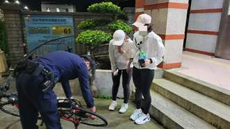 女騎士單車爆胎 金山警協助維修