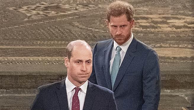 哈利(右后)与哥哥威廉去年3月在伦敦西敏寺(Westminster Abbey)出席王室年度盛事国协日(Commonwealth Day)庆典时,彼此互动已十分冷淡。(达志图库/TGP)