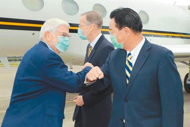 美國總統拜登特使、前參議員陶德(左一)14日訪台,與外交部部長吳釗燮(右一)擊肘致意。(圖為資料照/外交部提供)