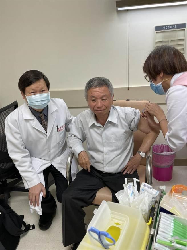 前衛生署長楊志良是聯亞疫苗收案的最後一名受試者。(聯亞生技提供)