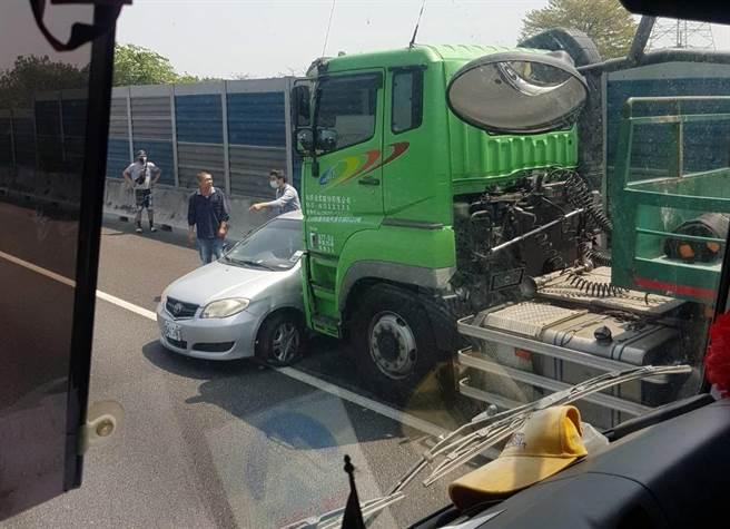 國一北向217.5公里一輛貨櫃車撞上自小客車,所幸自小客車駕駛輕傷無礙。(「彰化踢爆網」提供/謝瓊雲彰化傳真)