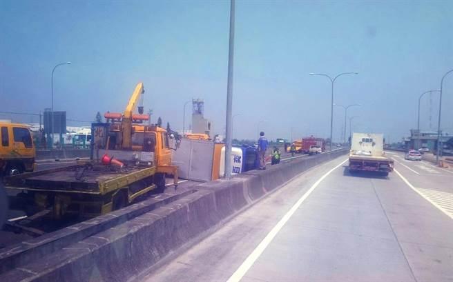 國一北向218.3公里兩輛貨車撞成一團,一輛右前側車頭撞爛、另一輛慘遭撞翻。(「彰化踢爆網」提供/謝瓊雲彰化傳真)