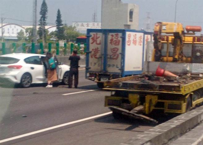 國一北向218.3公里兩輛貨車撞成一團,一輛右前側車頭撞爛、另一輛慘遭撞翻,駕駛受困夾傷。(「彰化踢爆網」提供/謝瓊雲彰化傳真)