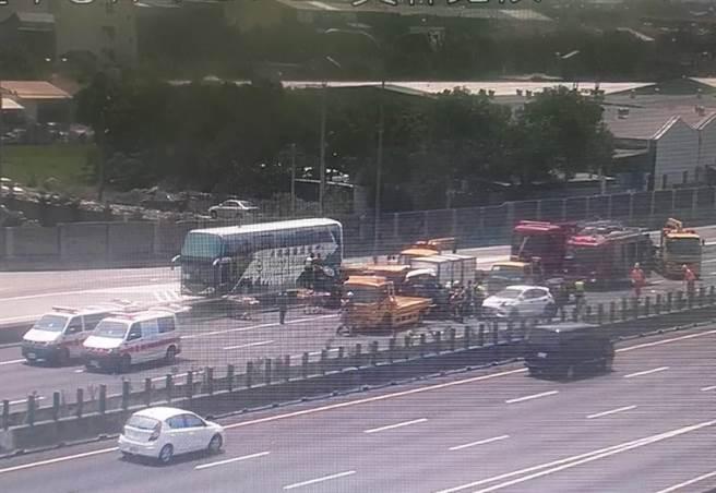 國一北向218.3公里兩輛貨車撞成一團,一輛右前側車頭撞爛、另一輛慘遭撞翻。(國道警方提供/謝瓊雲彰化傳真)