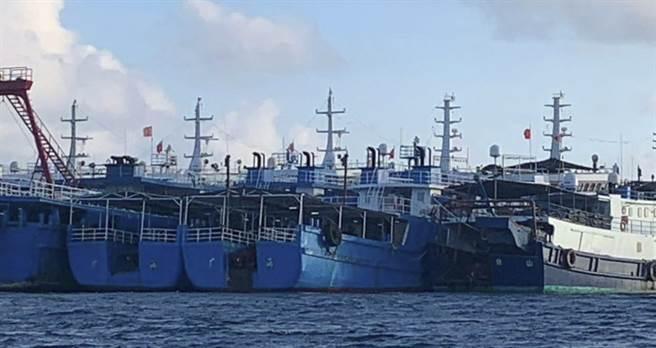 大批中方船隻3月27日停泊在南海牛軛礁附近海域的畫面。(西菲律賓海國家工作小組/National Task Force for the West Philippine Sea)