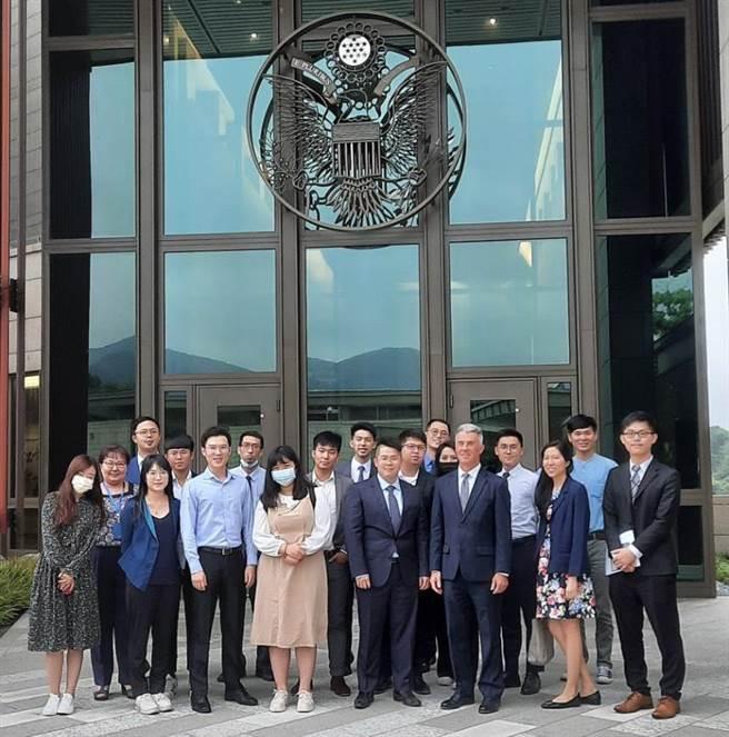 國民黨青年部13日參訪美國在台協會。(摘自國民黨青年部臉書)