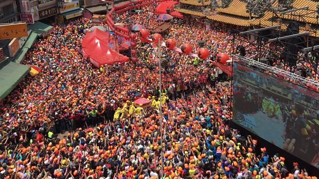 白沙屯妈祖銮轿抵达朝天宫前,朝天宫内外已挤满数万人,几乎动弹不得。(周丽兰摄)