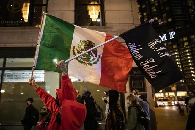 芝加哥警察監督委員會周四公布的隨身錄影顯示,13歲墨西哥裔少年雖高舉雙手,但仍遭警方射殺,引發民眾在芝加哥壯麗大道(Magnificent Mile)抗議遊行。(美聯社)