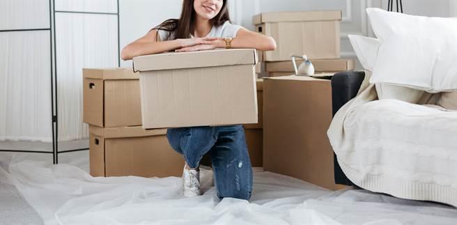 網友在知名租屋網上發現租屋資訊,不但月租僅1千,還會提供3餐,每個月還會有5千至1萬元的「生活費」等內容,讓他驚訝地說「這是租屋還是租身體?」(示意圖/Shutterstock提供)