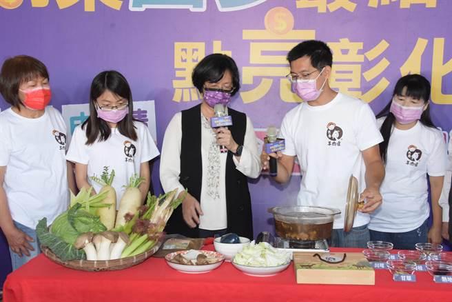 彰化縣長王惠美(中)在牧場內看施友超示範自家開發的天香羊肉爐如何料理。(謝瓊雲攝)