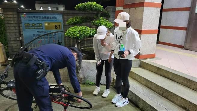員警檢視女車友損壞的車胎。(新北市金山警分局提供)