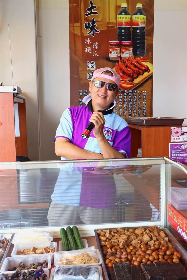 遊客喜歡跟幸福摩天輪前的冰鎮滷味屋「魯味阿北」尬舞吃滷味。(劍湖山世界提供)