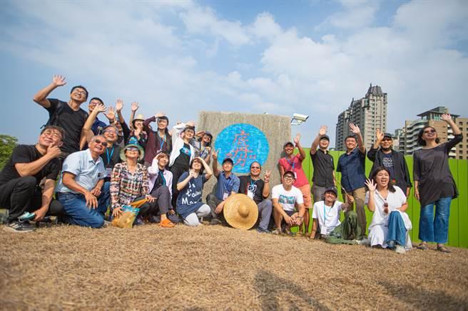 24位曾與李俊賢共同參與「新台灣壁畫隊」移地創作的藝術家們組成「偏挺要塞壁畫隊」將以南島植物為題材創作,紀念李俊賢曾致力推動的南島文化。(袁庭堯攝)