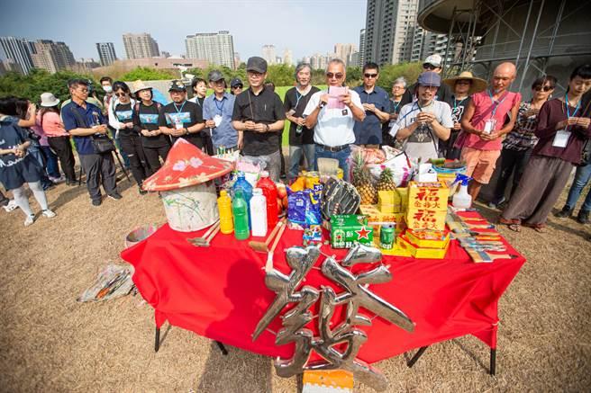 「新台灣壁畫隊」開工前進行祈福儀式。(袁庭堯攝)