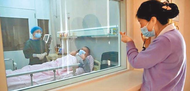 一位台青的造血幹細胞經過千里運送,7日成功輸入到一位江蘇青年患者體內。圖為南京明基醫院護理人員為接受骨髓捐贈患者打氣。(摘自網路)