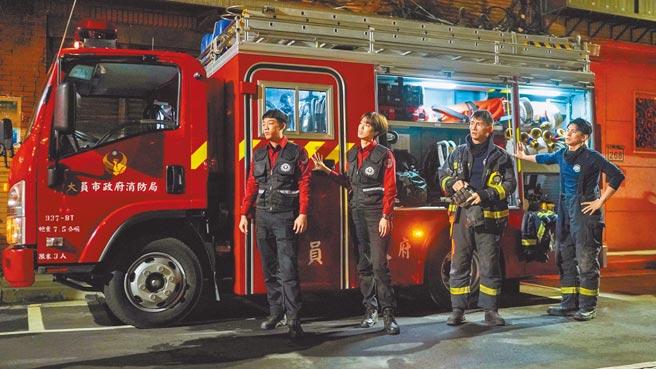 陈庭妮(左二)是《火神的眼泪》中唯一女消防队员,与谢章颖(左起)、温升豪、林柏宏朝夕相处。(公视、myVideo提供)