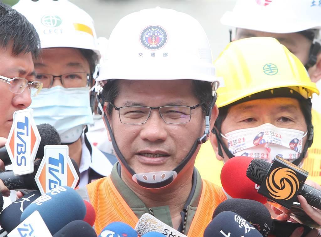 交通部長林佳龍4日赴台鐵太魯閣號意外現場巡視。(資料照,鄭任南攝)