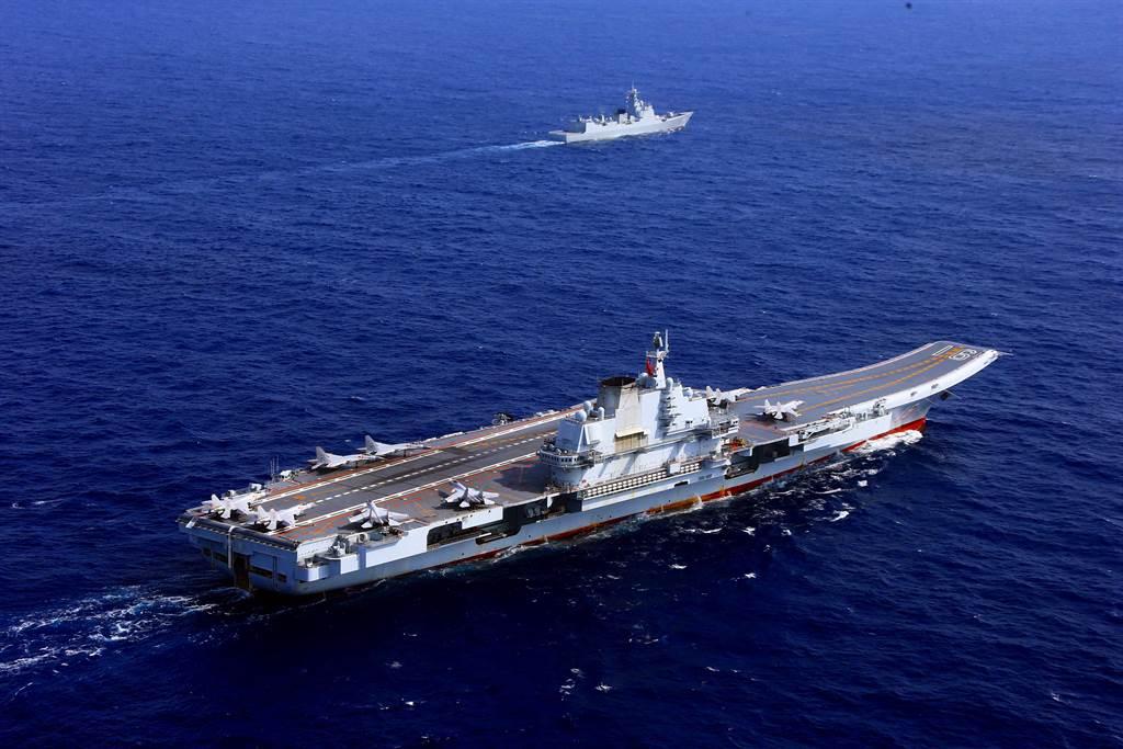 遼寧號航母編隊月初穿越宮古海峽南下到台灣周邊海域進行演練。圖為遼寧號編隊檔案照。(圖/新華社)