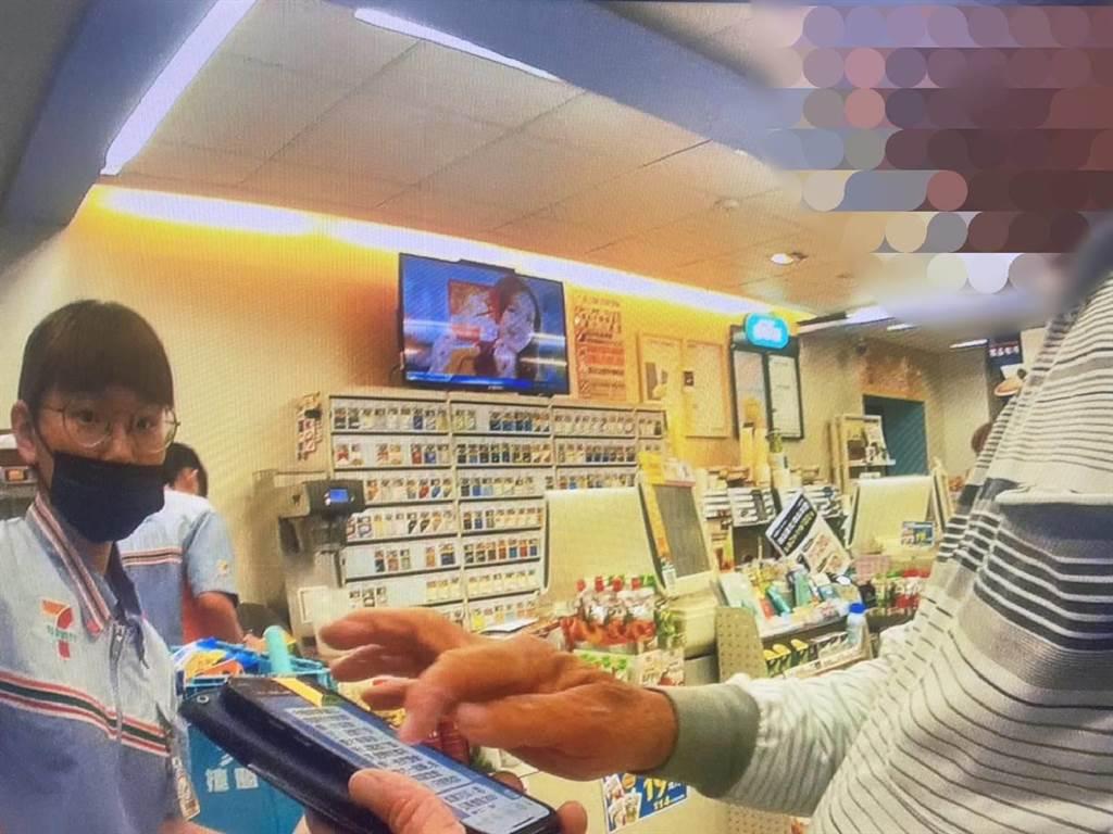 陳姓女店員(左)成功保住72歲被「不存在的愛情」沖昏頭的詹姓老翁8萬6000多元積蓄。(白河警分局提供/張毓翎台南傳真)
