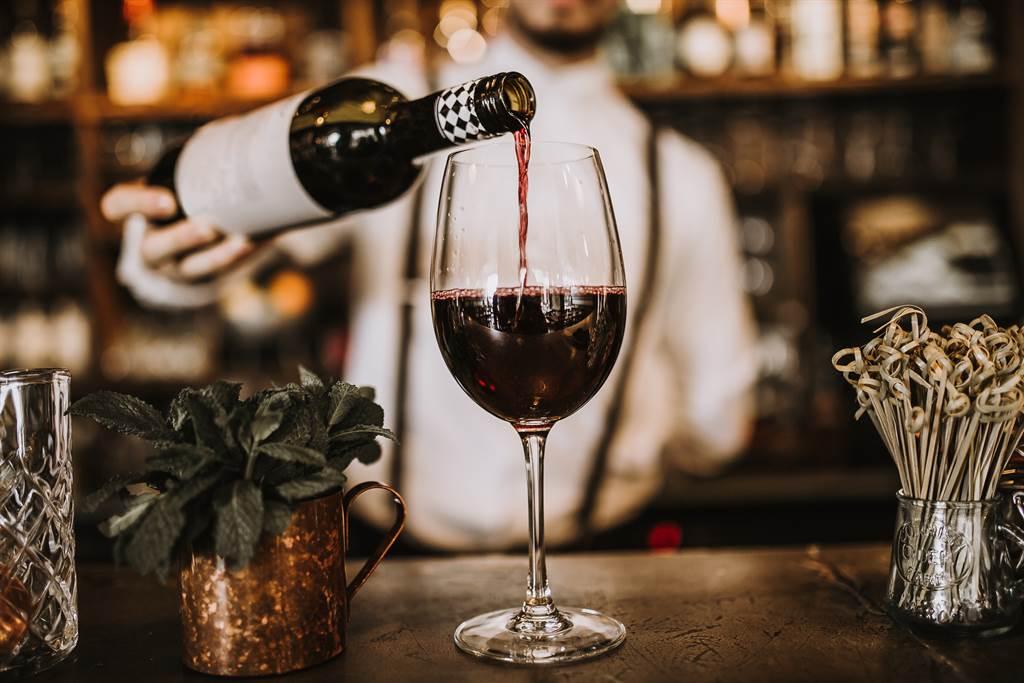 美国关税大刀及严重寒害让法国葡萄酒产业面临严重打击。(图/shutterstock)