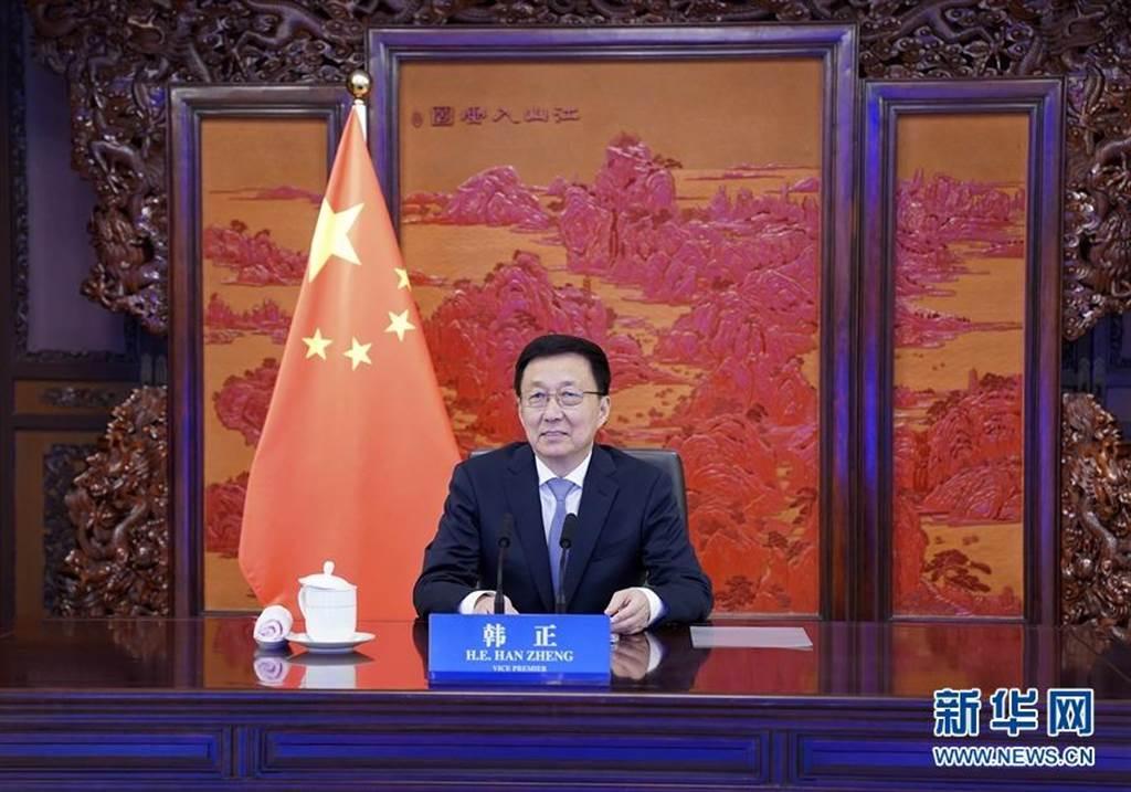4月16日,中共中央政治局常委、國務院副總理韓正在北京以視訊會見赴中訪問的美國總統氣候問題特使凱瑞。(新華社)