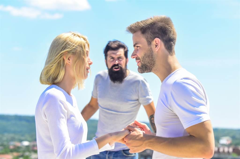 男子與妻子遭判離婚無效,但妻子仍與其他男子交往並生子,他事後氣不過,在戶政事務所大罵對方,遭告公然侮辱。(示意圖/Shutterstock提供)