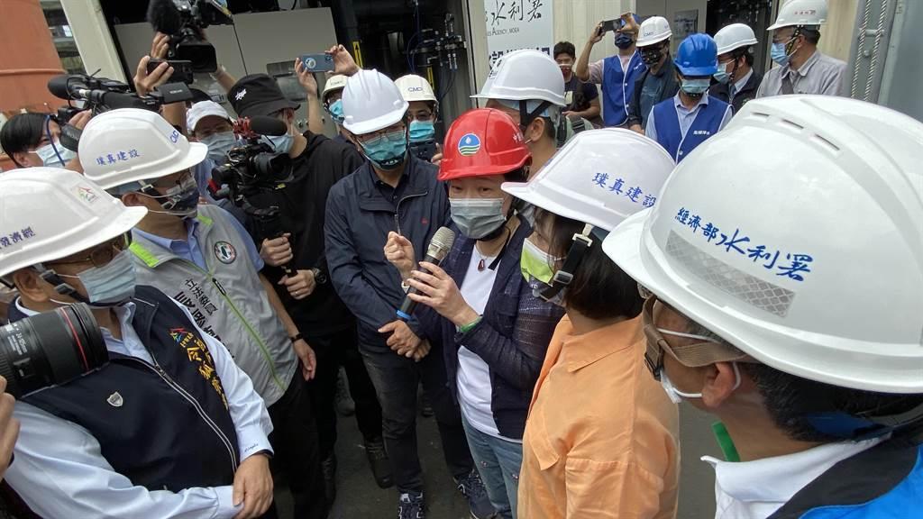 經濟部長王美花視察「勤美之森」建築工地地下水淨化設備。(陳淑芬攝)