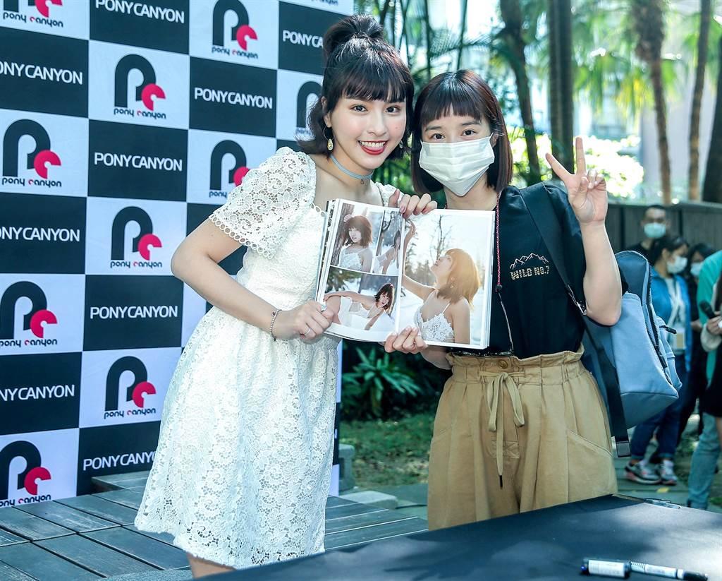 李佳穎(右)悄悄現身力挺好友峮峮。(粘耿豪攝)