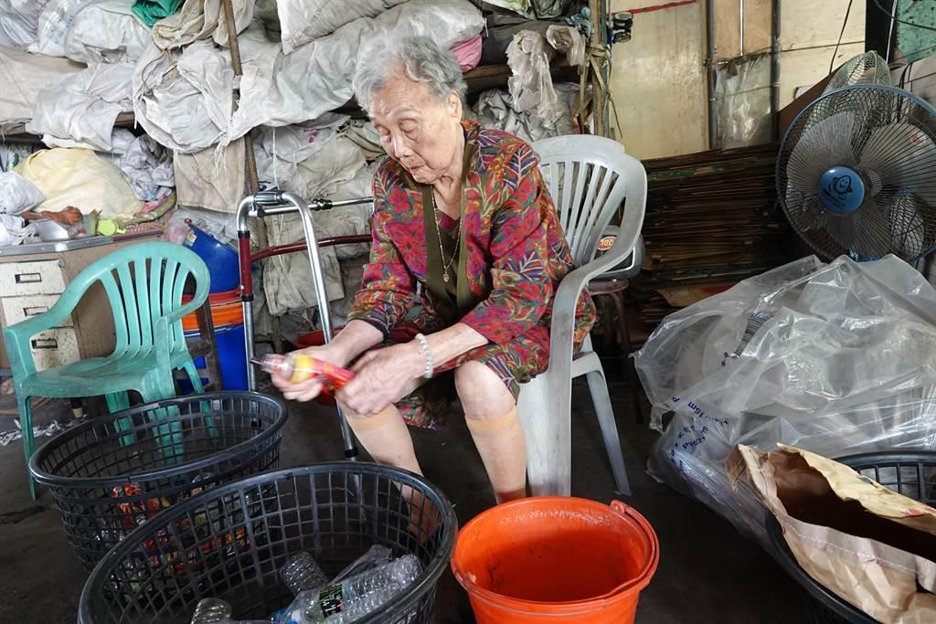 鹿港鎮今年最年長的模範母親施呂綉鳳已經97歲,身體依然硬朗,從事慈濟資源回收站志工20餘年,鹿港鎮長許志宏感動她付出的精神。(吳敏菁攝)