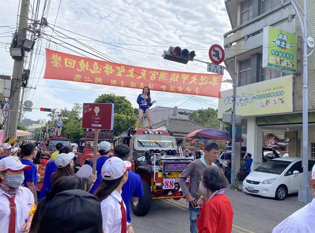 鋼管辣妹車隊在清水街頭大秀舞技。(王文吉攝)