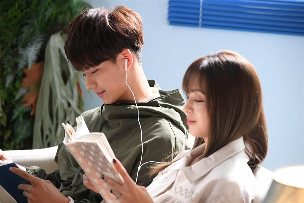 吳念軒(左)與他的初戀女神莫允雯在《戀愛是科學》互動充滿粉紅泡泡。(三立提供)