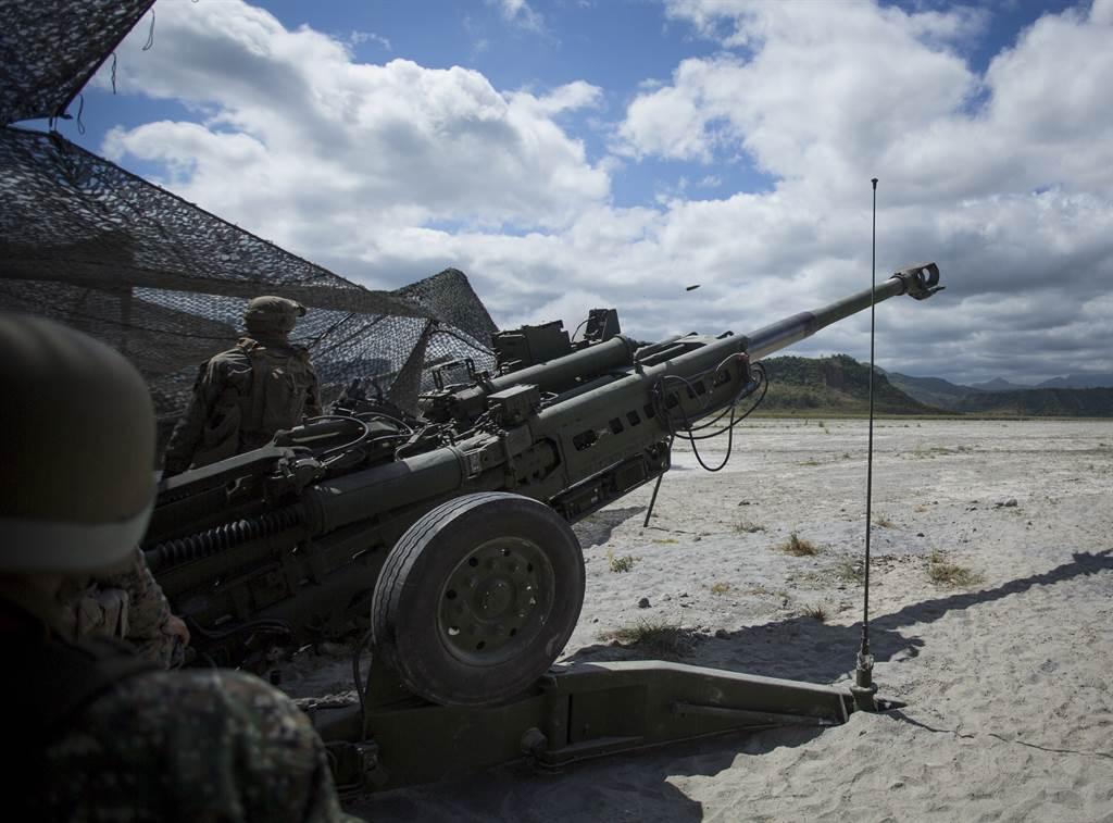 美學者指出,軍售馬尼拉也無助於嚇阻大陸侵略,還可能把美國拖入戰爭,不如中止軍售。圖為美菲軍演。(圖/DVIDS)