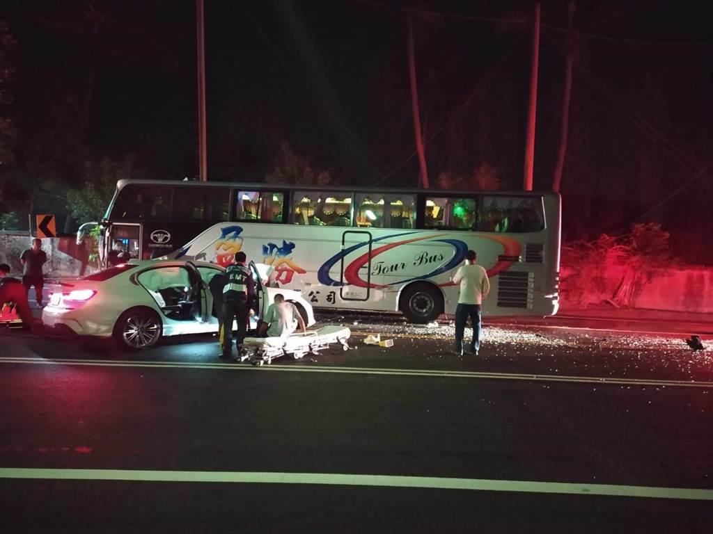 1輛BMW自小客車疑似過彎不慎撞上對向遊覽車,駕駛ohca。(王士昇提供/張亦惠嘉縣傳真)