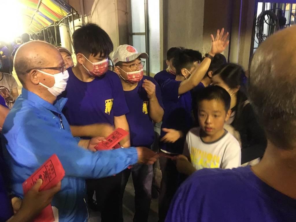 台中市議長張清照發送大甲媽「壓轎金」。(王文吉攝)