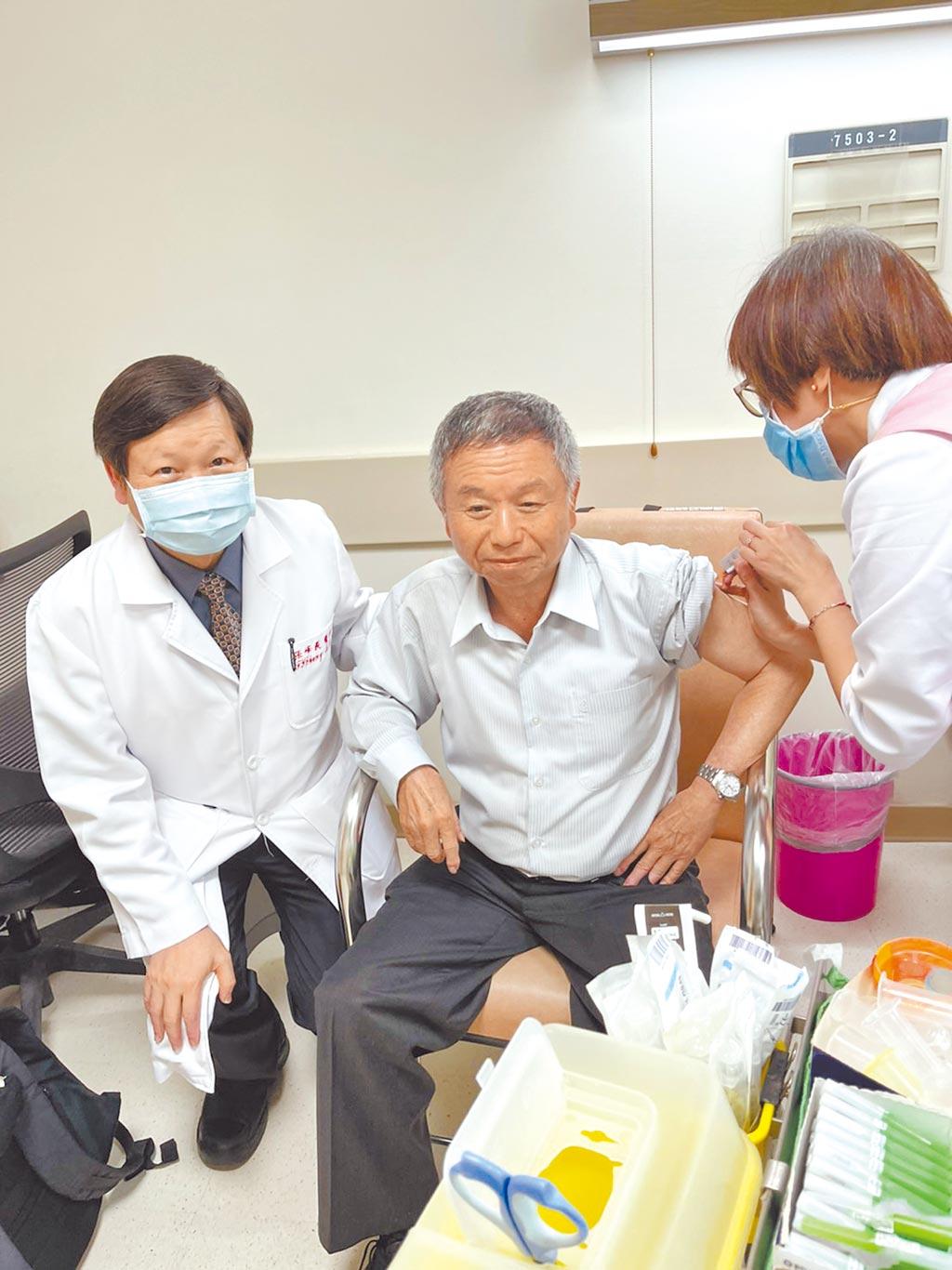 前衛生署長楊志良(中)為國產疫苗貢獻心力,15日挽袖施打聯亞疫苗,成為二期臨床試驗的最後一名收案者。(聯亞提供/陳人齊台北傳真)