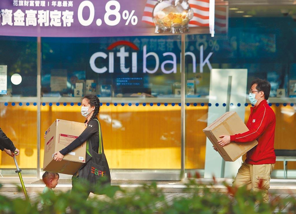 16日銀行下班時間,花旗位於大安路的分行大門緊閉,內部員工忙著處理各項交辦業務。(季志翔攝)