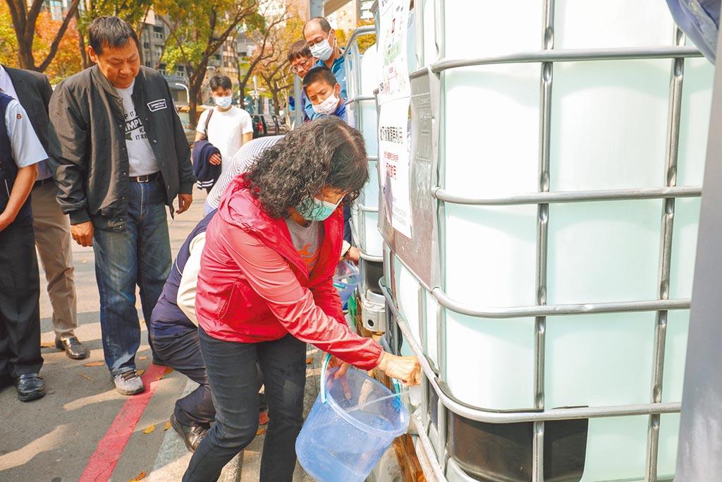 台中市勤美之森工地地下水質,經大腸桿菌群等68項分析檢驗,水質堪稱良好,提供取水點供當地居民取用。(盧金足攝)